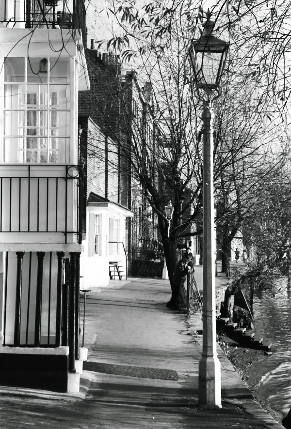1950s view of chiswick lamp next to river thames