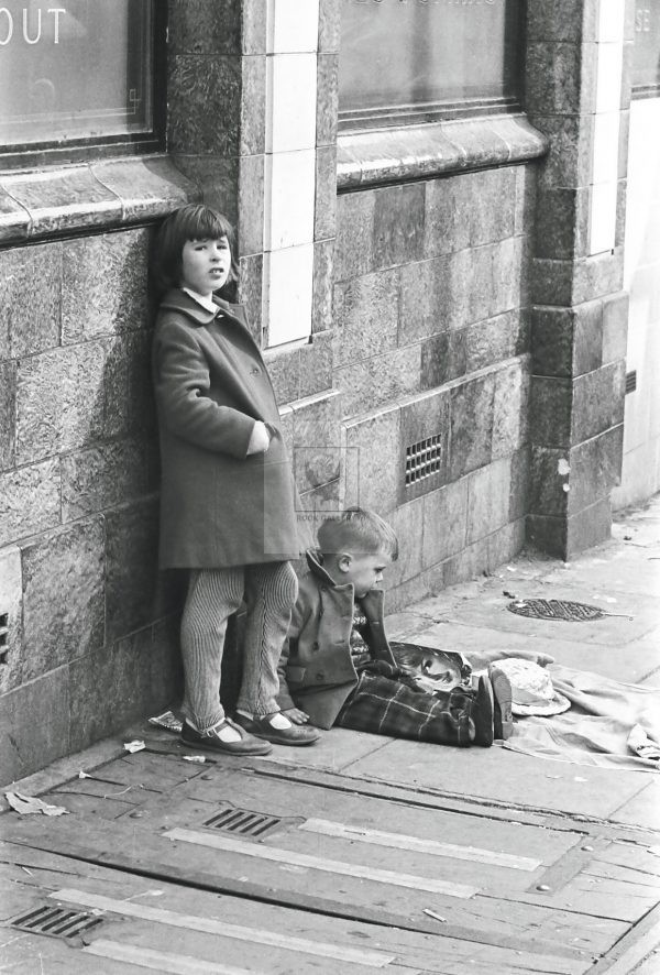 two children waiting outside the pub in London 1950s black and white image