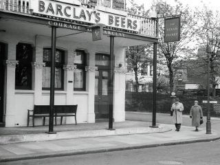 1950s photo of steam packet pub thames road London